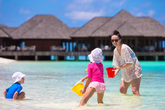 Прелестные маленькие девочки и счастливый играть матери Стоковое Изображение