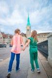Прелестные маленькие девочки моды outdoors в Цюрихе, Швейцарии 2 дет идя совместно в европейский город Стоковая Фотография
