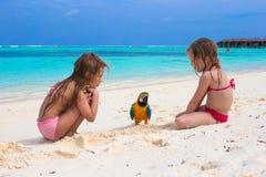 Прелестные маленькие девочки на пляже с большое красочным стоковые изображения rf