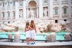 Прелестные маленькие девочки около фонтана Trevi в Риме Счастливые дети наслаждаются их европейскими каникулами в Италии Стоковое Изображение