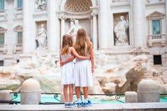 Прелестные маленькие девочки около фонтана Trevi в Риме Счастливые дети наслаждаются их европейскими каникулами в Италии Стоковое Изображение RF