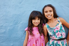 Прелестные маленькие девочки представляя вместе с милой улыбкой стоковое фото rf