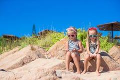 Прелестные милые девушки имеют потеху на белом пляже во время Стоковые Изображения