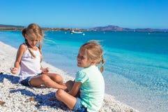 Прелестные милые девушки имеют потеху на белом пляже во время Стоковые Фото