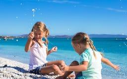 Прелестные милые девушки имеют потеху на белом пляже во время Стоковые Фотографии RF