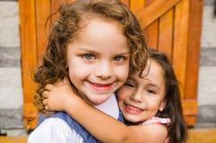 Прелестные молодые девушки брюнет обнимая обнимать Стоковое Фото