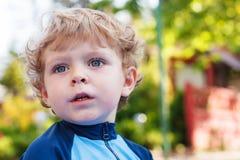 Прелестный белокурый мальчик малыша играя с водой, outdoors Стоковое Изображение RF