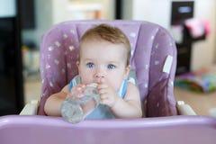 прелестный выпивать ребенка бутылки Стоковая Фотография RF