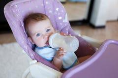 прелестный выпивать ребенка бутылки Стоковое фото RF