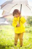 Прелестный зонтик eith маленькой девочки день осени ненастный Стоковое фото RF