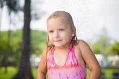 Прелестный ливень взятия девушки под деревом на тропическом пляжном комплексе Стоковое Фото