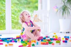 прелестный играть девушки блоков Стоковые Изображения