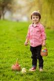 Прелестный мальчик в парке, имеющ потеху с покрашенными яичками для Easte Стоковые Изображения RF