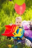 Прелестный мальчик малыша играя тележку игрушки стоковое изображение