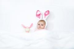 Прелестный милый newborn ребёнок в костюме и ушах зайчика пасхи Стоковое Изображение RF
