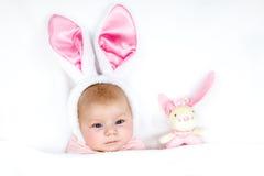 Прелестный милый newborn ребёнок в костюме и ушах зайчика пасхи Стоковые Изображения