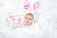 Прелестный милый newborn ребёнок в костюме и ушах зайчика пасхи Стоковые Фотографии RF