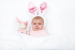 Прелестный милый newborn ребёнок в костюме и ушах зайчика пасхи Стоковое Изображение
