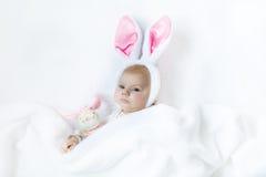 Прелестный милый newborn ребёнок в костюме и ушах зайчика пасхи Стоковые Фото