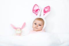 Прелестный милый newborn ребёнок в костюме и ушах зайчика пасхи Стоковые Изображения RF