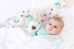 Прелестный милый newborn ребёнок с игрушкой зайчика пасхи Стоковые Изображения RF
