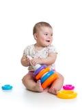 Прелестный младенец играя с игрушкой цвета Стоковая Фотография RF