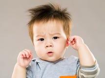Прелестный младенец смотря смущенный стоковая фотография