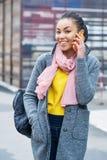 Прелестный подросток говоря на сотовом телефоне Стоковое Изображение RF