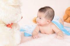 Прелестный ребёнок в белой солнечной спальне Стоковая Фотография