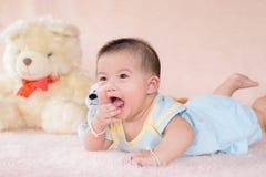 Прелестный ребёнок в белой солнечной спальне Стоковые Фото