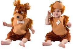 Прелестный ребёнок, одетый в меховом костюме масленицы плюшевого медвежонка, изолированном на белой предпосылке. Стоковое фото RF