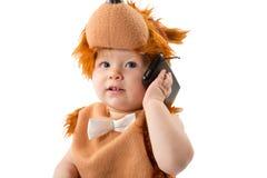 Прелестный ребёнок, одетый в меховом костюме масленицы плюшевого медвежонка при мобильный телефон изолированный на белой предпосыл Стоковая Фотография RF