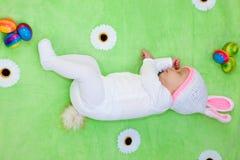 Прелестный newborn зайчик пасхи младенца Стоковые Изображения