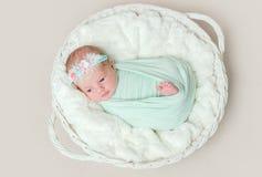 Прелестный swaddled младенец с двигать ног стоковые фотографии rf