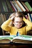 Прелестным милым концепция девушки усиленная чтением вне Стоковые Изображения