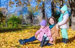 2 прелестных девушки с его молодой мамой в парке Стоковое фото RF