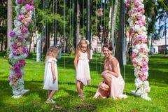 2 прелестных девушки с их матерью внешней на Стоковая Фотография
