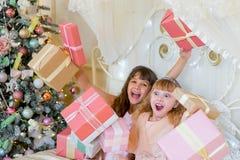 2 прелестных девушки с подарками рождества Стоковая Фотография