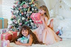 2 прелестных девушки с подарками рождества Стоковое Изображение RF
