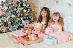 2 прелестных девушки с подарками рождества Стоковое фото RF