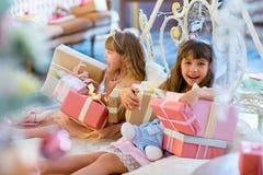 2 прелестных девушки с подарками рождества Стоковая Фотография RF