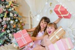 2 прелестных девушки с подарками рождества Стоковое Фото