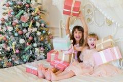 2 прелестных девушки с подарками рождества Стоковое Изображение