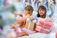 2 прелестных девушки с подарками рождества Стоковые Изображения RF