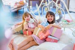 2 прелестных девушки с подарками рождества Стоковые Фотографии RF