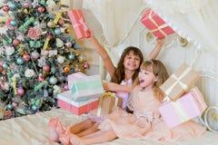 2 прелестных девушки с подарками рождества Стоковые Изображения