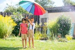 2 прелестных дет, братья мальчика, играя с красочным umbre Стоковая Фотография