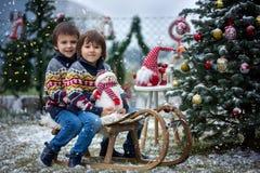 2 прелестных дет, братья мальчика, имеющ потеху outdoors в Стоковые Фотографии RF
