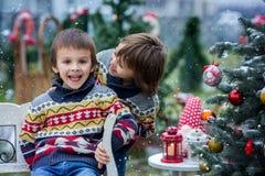 2 прелестных дет, братья мальчика, имеющ потеху outdoors в Стоковые Изображения RF