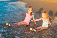 2 прелестных дет играя в море на пляже Стоковое Изображение RF